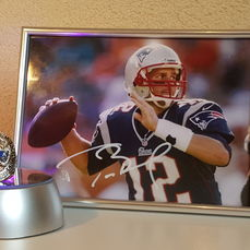 Tom Brady, Quarterback New England Patriots, Super Bowl Legend, origineel gesigneerde ingelijste foto + Kampioenschaps ring 2014 + COA.