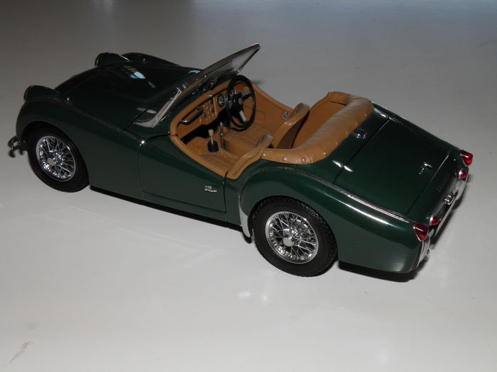 Kyosho scale eighteenth plot with two models triumph tr3a yellow and green catawiki - Bed met schaal ...