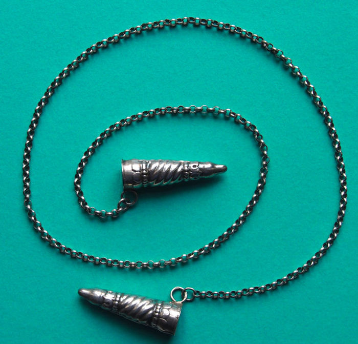 Silver necklace with knitting needle point stoppers - Catawiki