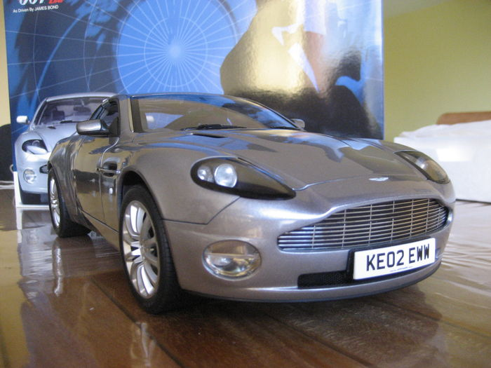 james bond 007 die another day kyosho aston martin v12. Black Bedroom Furniture Sets. Home Design Ideas