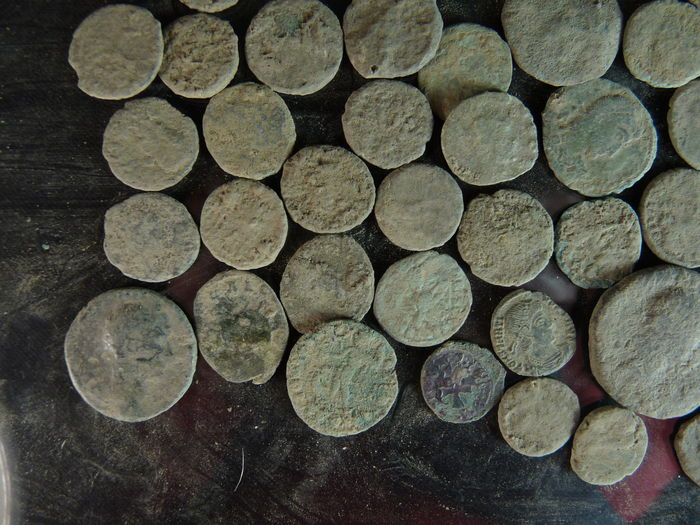 Roman empire 50 pieces of bronzen munten found in the for Things found in soil