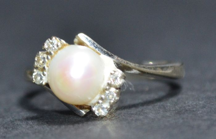 yellow gold ring set with a pearl and 6 diamonds of 0 01