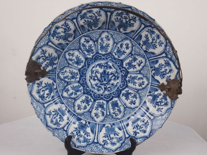 Schotel met lotus kroonblad decoratie china ca 1700 kangxi periode - Decoratie schotel ...