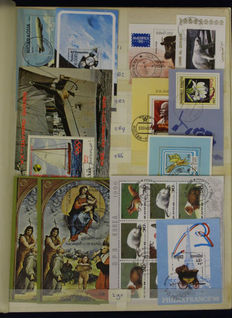 World 1980/2010 - Batch of 460 miniature sheets and sheetlets in stock book