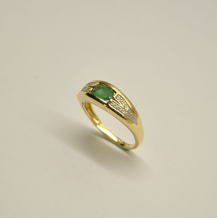 gold ring with light green emerald approx 0 40 ct and 14