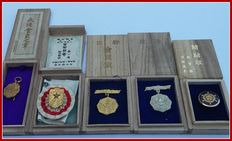 Second World War. Japanese badges set of 5. With accompanying (rare) boxes