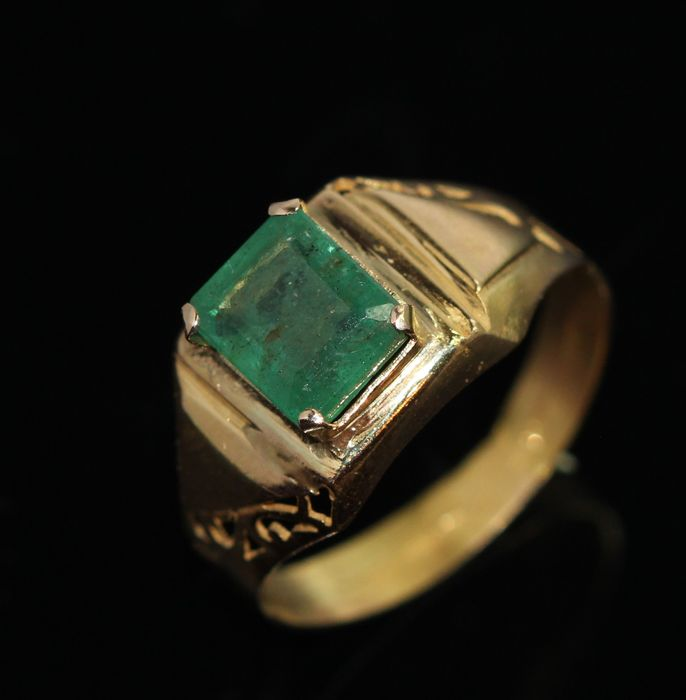 18 kt Yellow gold men s ring set with natural emerald approx 2 5 ct Ca