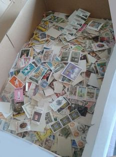 World - Lot with 3000 stamps