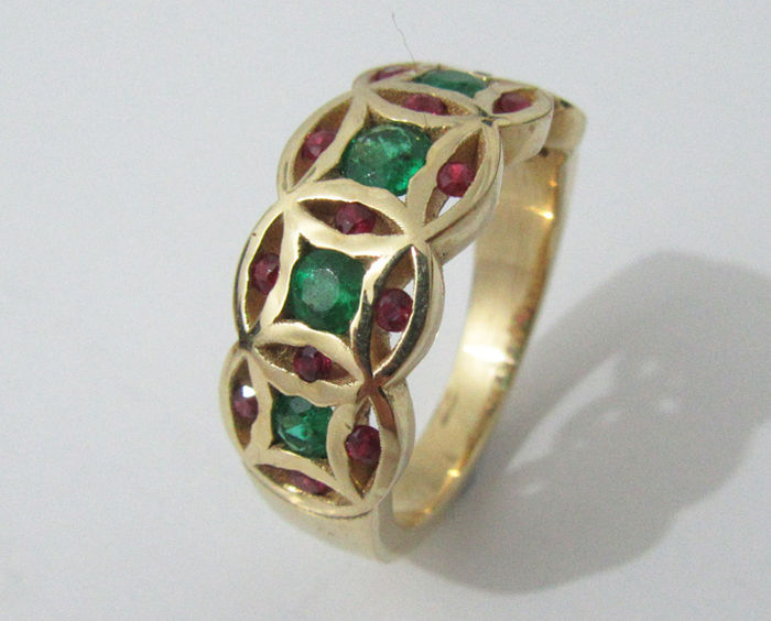 emerald and ruby engagement ring in 18 kt yellow gold