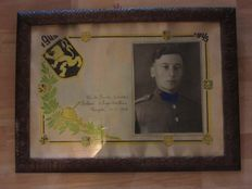 """Large print in frame with photo and the text """"Gloria Honor Patria 1940-1945"""""""