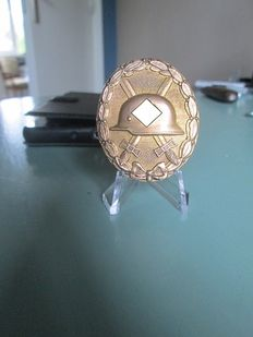 Wound badge in gold, marked with '30' (WWII)