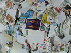 Whole world - Lot of approximately forty thousand stamps and 500 blocks