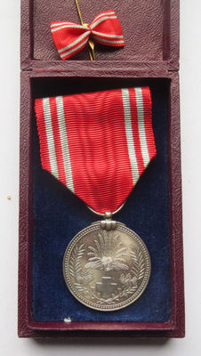 Japanese Red Cross medal with rare burgundy red case + miniature bow. Early 20th century