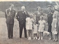 Photo (1946): Juliana with Winston Churchill in Palace Garden in the Netherlands