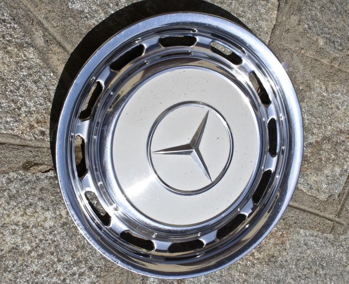 Mercedes benz lot of 4 hubcaps 60s 70s catawiki for Mercedes benz hubcaps