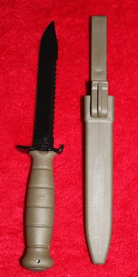 Kampfmesser M81 original, model with serrated back, Glock Austria, in new condition, olive coloured - 20th century