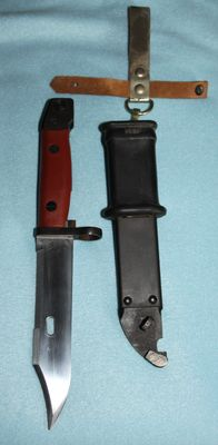 Bayonet AK 47, Vietnam, original Tula Arsenaal (Russia) production, complete with frog red handle. 20th century.