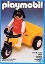 fille sur tricycle
