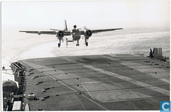 Grumman S-2A Tracker in de landing op de Karel Doorman