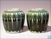 Set grün geprägten Vasen