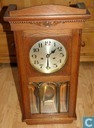 Clock / alarm clock - Mechanical - hangklok met slinger in kast