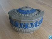 Wedgwood Cane Ware suikerpot (1864) met blauwe jasper ornamenten