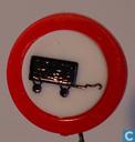 Verbodsbord: gesloten voor voertuigen met aanhangers