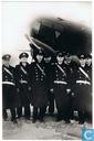 Officieren van den Koninklijken Nederlandschen Marinevliegdienst voor een Hudson-bommenwerper