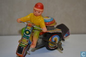 Enfant sur tricycle