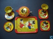 Mickey Mouse theeservies met Donald in rode jas