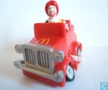 Ronald in rode auto