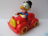 Dagobert Duck en voiture rouge