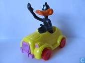 Daffy Duck in gele auto