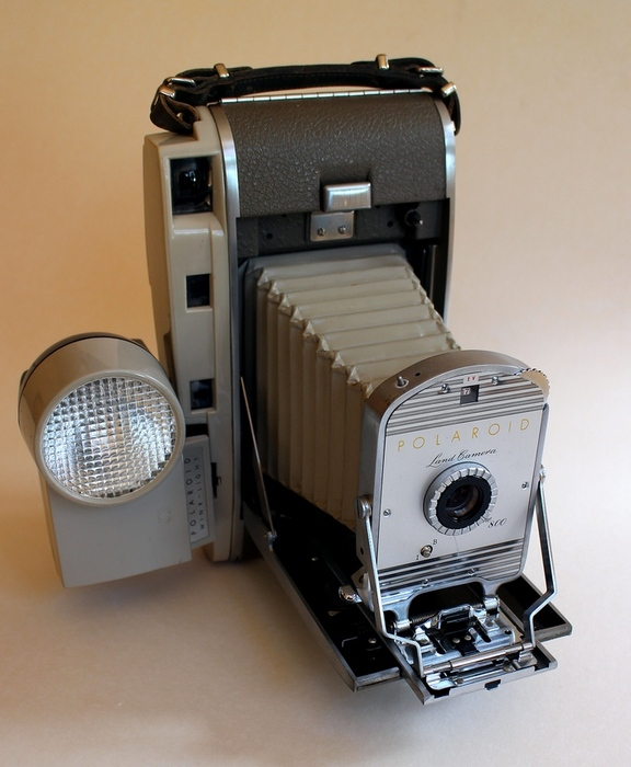 "POLAROID CAMERA  ""THE 800""  incl flash #250."