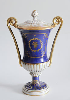 Carl Thieme Potschappel - White and blue vase with lid featuring flowers and golden decorations