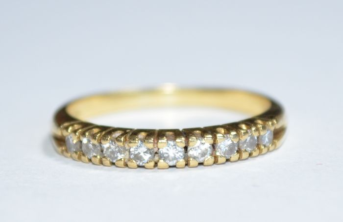 Anillo de oro amarillo con 9 diamantes de 0,02 ct engastados