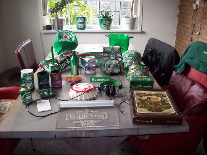 Lot van 24 Heineken items - 20 e eeuw.
