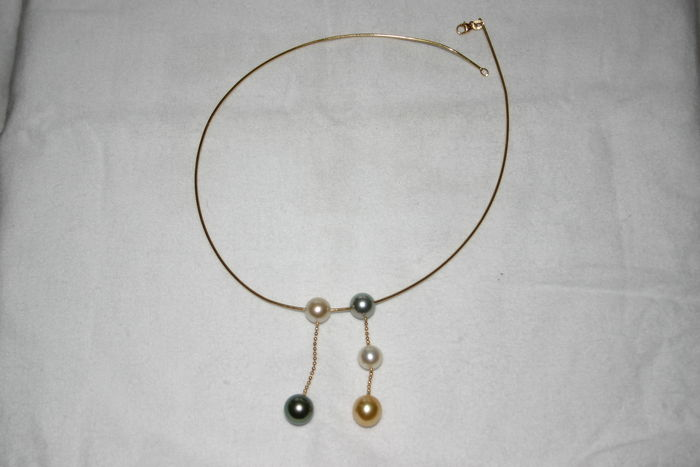 Gold necklace with pearls from Tahiti and the South.