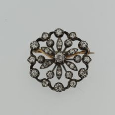 Gold with silver flower brooch with many old European cut diamonds of approx. 2.00 ct