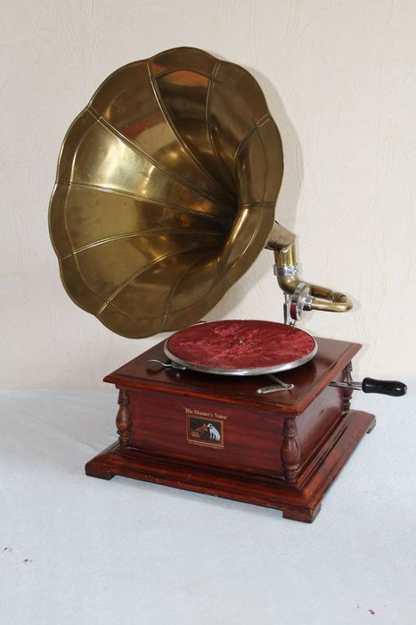 His Master's Voice 78 rpm record player from the 1930s ...