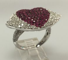 White gold ring in the shape of a mouth, set with an ample 2.02 ct in diamonds and rubies