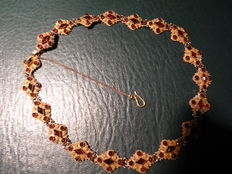 Gold boats necklace with garnet.