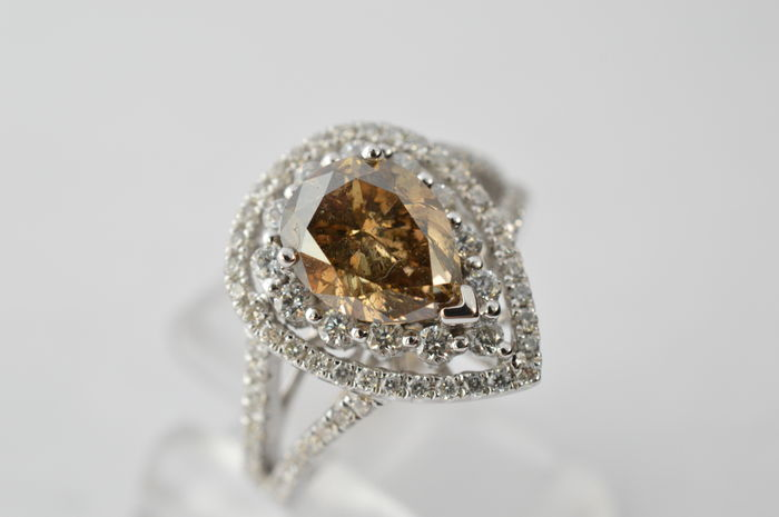 White gold entourage ring with a champagne coloured, pear shaped diamond and brilliant cut diamonds, 3.50 ct