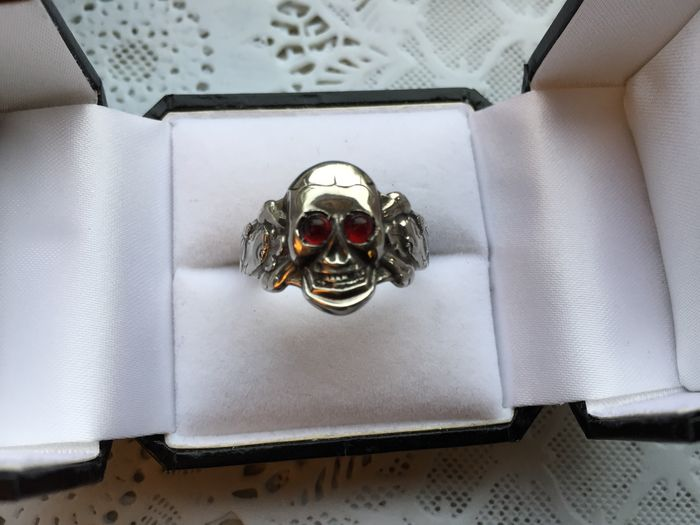 Silver ring skull with ruby eyes. S. Bos Apeldoorn / Schoonhoven