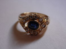 Ring in 18 kt yellow gold with sapphire and diamonds (1.00 ct)