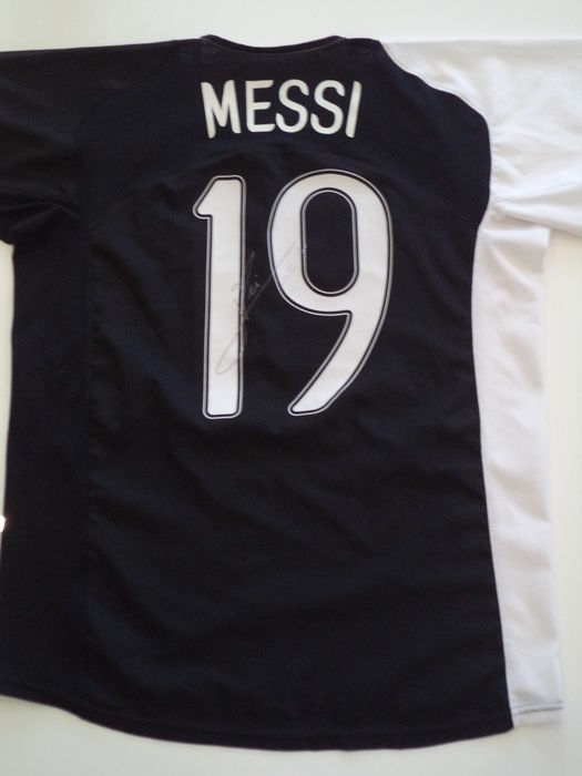 separation shoes bda38 ed163 FC Barcelona Anti Racism jersey signed by Messi + COA - Catawiki