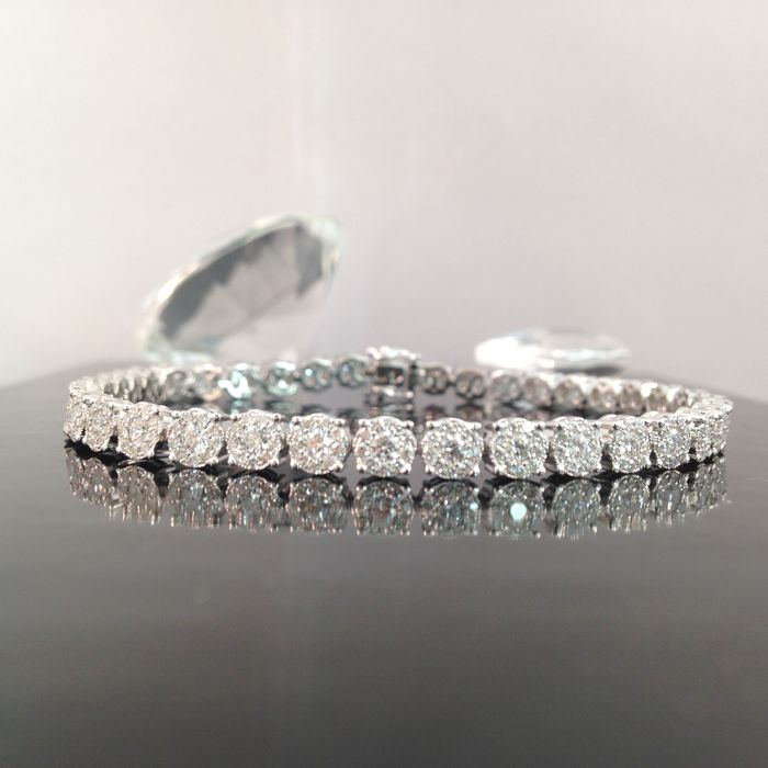 Bracelet en or blanc serti de diamants taillés en brillants- total 4,00 carats