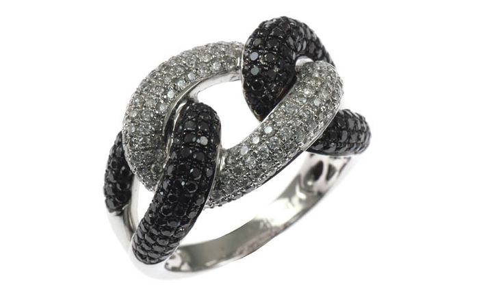 Ring in 18K white gold set with white and black diamonds