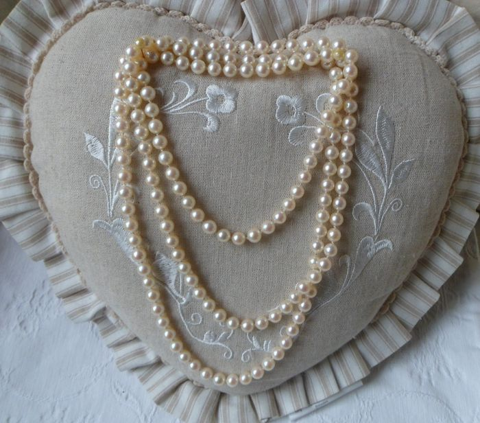 Hand-knotted Necklace set with real Oriental pearls