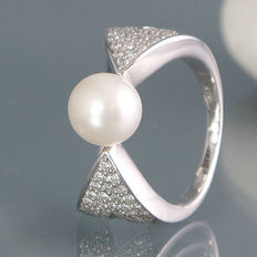 Diamond ring with one cultivated Akoya pearl, diameter 8.47mm – 66 brilliants of 1.0 ct